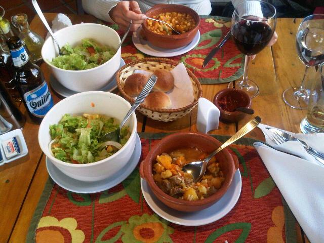 Lorco Bohnensuppe, Carbonada Eintopf, Vino Tinto y Quilmes Cerveza machten uns für heute glücklich!