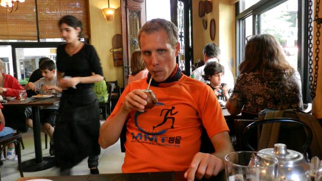 René beim Mate Tee trinken