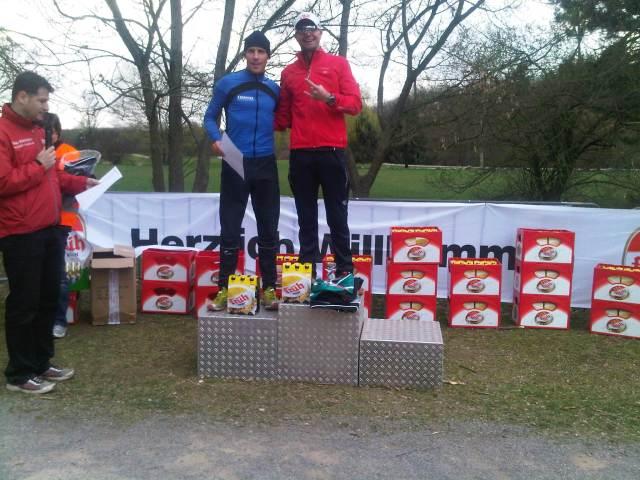 Siegerehrung Halbmarathon - Unverkennbar ist Früh Kölsch der Sponsor