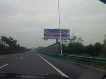 Werbung für den Triathlon können die Chinesen hier - überall Werbebanner.