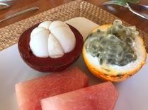 Links die Mangostanfrucht und rechts Maracuja
