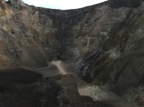 Blick in den Krater, wo die Massen 1963 heraus schossen und leider über 1.000 Menschen das Leben kostete