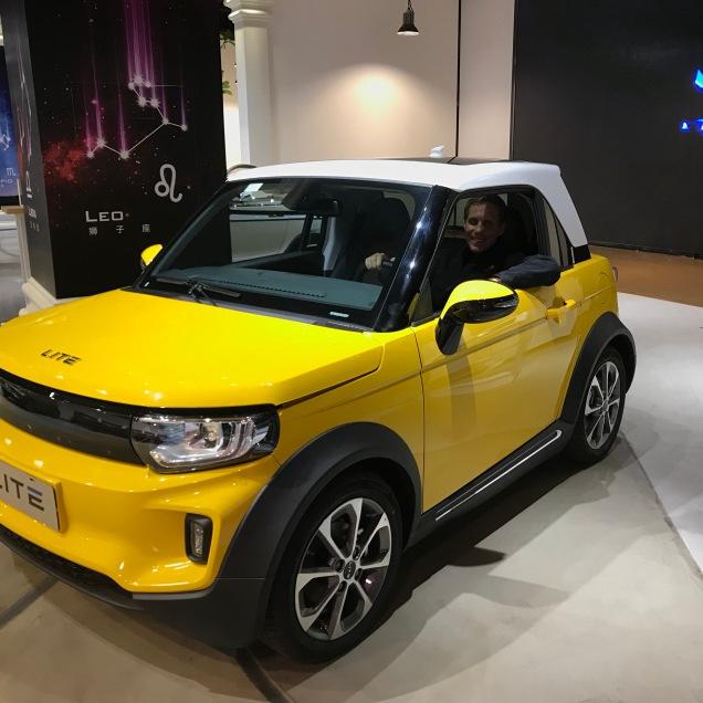 Thema Auto wird hier groß geschrieben, viele Luxuslimousinen und Hightech E-Cars