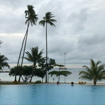 Auch der abgeleinte Pool ist nett - aber verliert gegen das Meer