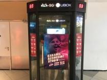Wenn man in Singapur mal unterwegs Lust hat zu singen, geht man mit ein paar Freunden einfach in eine Karaoke Kabine, nimmt das Micro und singt - während draußen die Passanten vorbei ziehen.