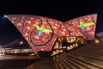Das Opera House Sydney abends kunstvoll seine 1,1 Mio Keramik Tiles beleuchtet
