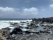 Schwarz das Gestein, typisch für Lanzarote